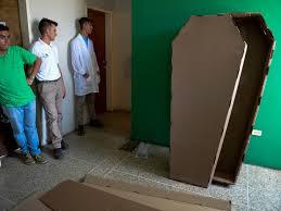 Amado Economia - Venezuelanos são enterrados em caixões de papelão em  @KE02