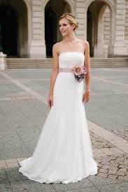 brautkleid schmal ein schmales schlichtes brautkleid mit eleganter schleppe und