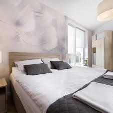 papier peint original chambre tête de lit originale avec un papier peint plumes pour la décoration