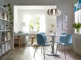 Wohnzimmer Mit Essplatz Einrichten Ein Esszimmer Mit Einem Runden Weißen Tisch Und Verchromten