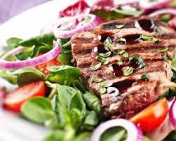 cuisine au barbecue entrecôte de boeuf grillée au barbecue et salade de crudités légère