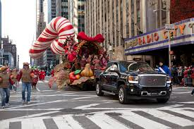 2014 us thanksgiving gmc tows tradition in macy u0027s thanksgiving day parade