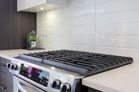 gaz cuisine fragment d une cuisine moderne avec une cuisinière à gaz photo