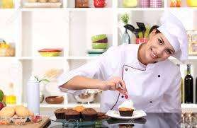 chef de cuisine femme femme gâteau de chef de cuisine dans la cuisine banque d