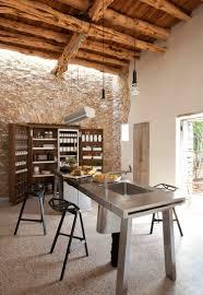 mur deco pierre mur en pierre apparente mobilier en bois et plafond en poutres
