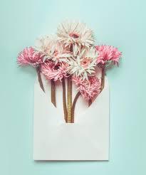 le de bureau bleu beau groupe frais de fleurs dans l enveloppe sur le fond de bureau