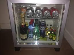 cachee dans la chambre le mini bar cachée dans le renfoncement de l entrée de la chambre