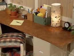 peindre un bureau peindre table de bureau en simili cuir bricobistro