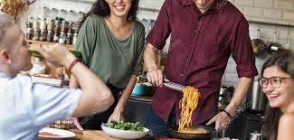 le bonheur dans la cuisine amis de bonheur dans la cuisine photographie rawpixel 105662386