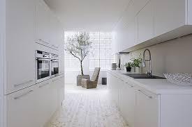 cuisine blanche ouverte sur salon cuisine en image