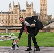 shortest man ever 21 5ins meets tallest living person 8ft 1in