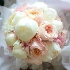 bouquet de fleurs roses blanches bouquet de mariée avec pivoines blanches et roses david austin www