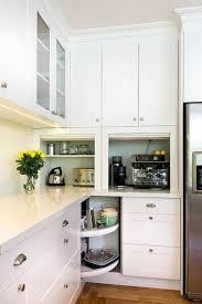 placard cuisine moderne meuble d angle cuisine moderne et rangements rotatifs en photos de