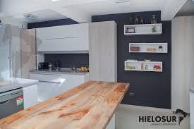 cocina fabricada en lamitech larice blanco vainilla y cubierta de
