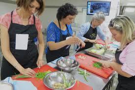 cour de cuisine a domicile cours de cuisine à domicile ou cours en atelier avantages et