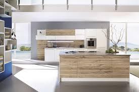 weiße küche mit holz moderne weiße inselküche in kombination mit holz