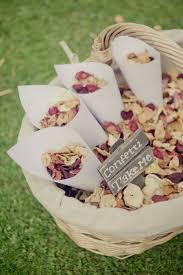 idee original pour mariage des feuilles d arbres séchées une idée de décoration originale