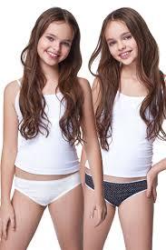 девочки в трусиках(|В первые бюстгальтеры вставляют поролоновые подкладки, выгодно облегающие и  придающие форму груди девочки. Трусики приобретают облегающие формы, ...