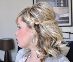 Frisuren Mittellange Haar Hochzeit by Die Mittellangen Haare Werden Halboffen Und Mit Einem Flechtzopf