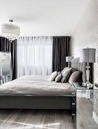 rideaux de chambre une chambre à la déco chic avec des rideaux noirs et blancs