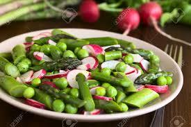 cuisiner asperges vertes fraiches asperges vertes fraîches radis et salade de pois servis sur