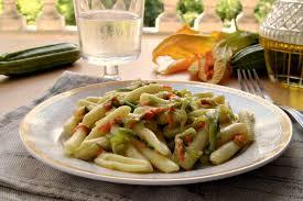 primo piatto con fiori di zucca pasta con fiori di zucca e zucchine home sweet home
