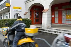 la poste bureau de poste douze bureaux de poste sont menacés dans le canton de ève rts