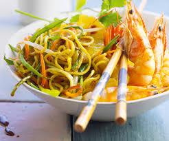 cuisine wok facile préparez un wok de légumes avec nouilles sautées crevettes et