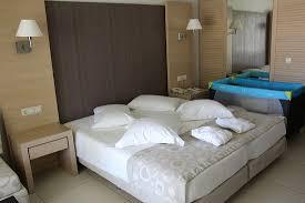 disposition chambre bébé chambre pour 2 adultes 1 enfant lit bébé mis à notre