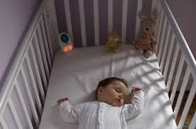 quand faire dormir bébé dans sa chambre que faire quand bébé dort mieux sur le ventre que sur le dos