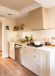 una cocina pequeña con mucho orden y un office kitchen