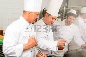sexe dans la cuisine groupe de cuisiniers dans la cuisine professionnelle il prépare
