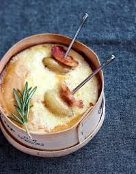 cuisiner un mont d or mont d or au four recette facile au fromage régal