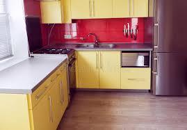 stratifié dans cuisine cuisine jaune avec des placards fenêtre en stratifié photo stock