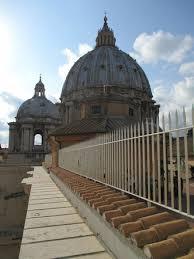 alla cupola di san pietro la cupola di san pietro vista dal terrazzo alla sua base foto di