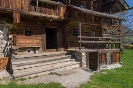 animali da cortile in centro abitato antichi mestieri un piccolo maso nella austriaca zillertal