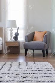 Schlafzimmer Orange Orange Kissen Auf Modernen Grau Stuhl Mit Nachttisch Und Weiße