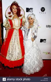 snooki and j woww dressed up as the queen of hearts and the white