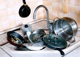 vaisselle cuisine beaucoup de vaisselle sale dans l évier dans la cuisine banque d