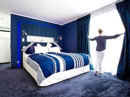 malerische wohnideen blau stuck modernes schlafzimmer einrichten