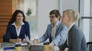 image pause café bureau équipe business assis dans le bureau moderne à l intérieur