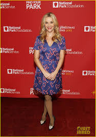 reese witherspoon helps obama family kick off holiday season at