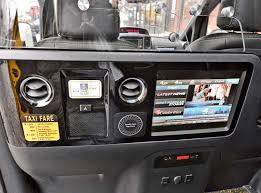 nissan micra quietscht beim fahren taxi of tomorrow in new york hoch auf dem gelben wagen motorblock