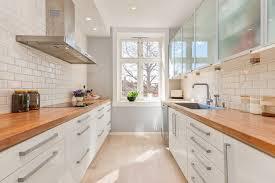 plan de travail cuisine blanche cuisine blanche en deux lignes équipée de deux plans de travail en