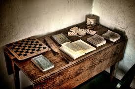 jeux bureau bureau antique de jeu avec de vieux jeux et livres antiques photo