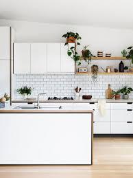 cuisine avec etagere la cuisine blanche et bois en 102 photos inspirantes archzine fr