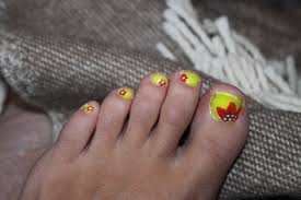 yellow toenails beautify themselves with sweet nails
