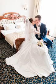 baise dans la chambre jeunes mariés heureux de baiser romantique dans la chambre à coucher