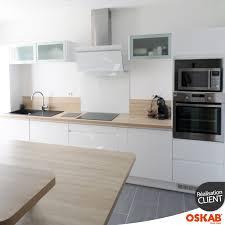 passe de cuisine cuisine scandinave blanche brillante avec plan de travail en bois