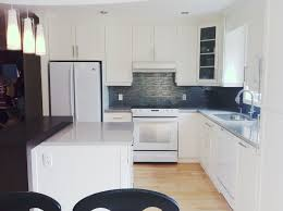 rochon cuisine cuisine en bois laqué blanc comptoir de quartz gris et en bois